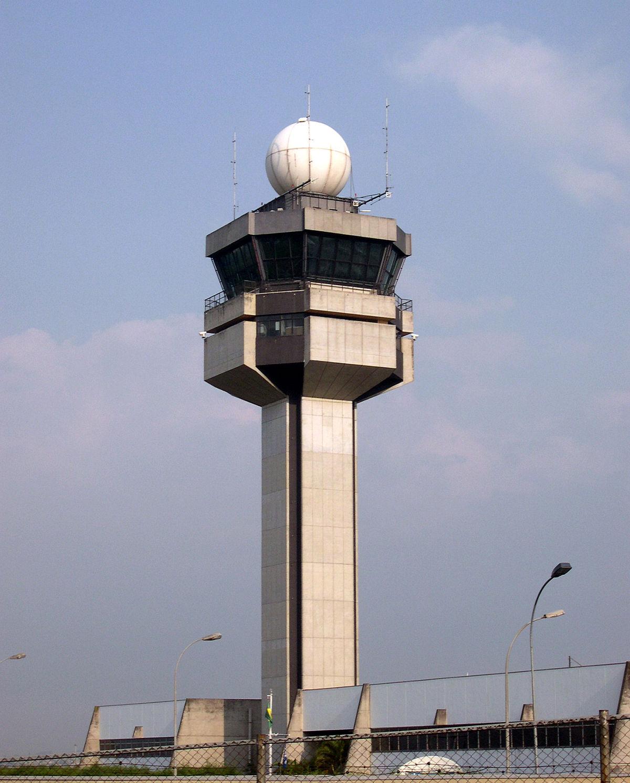 Como surgiram as primeiras torres de controle 1200px-aeroportoguarulhos_torre2
