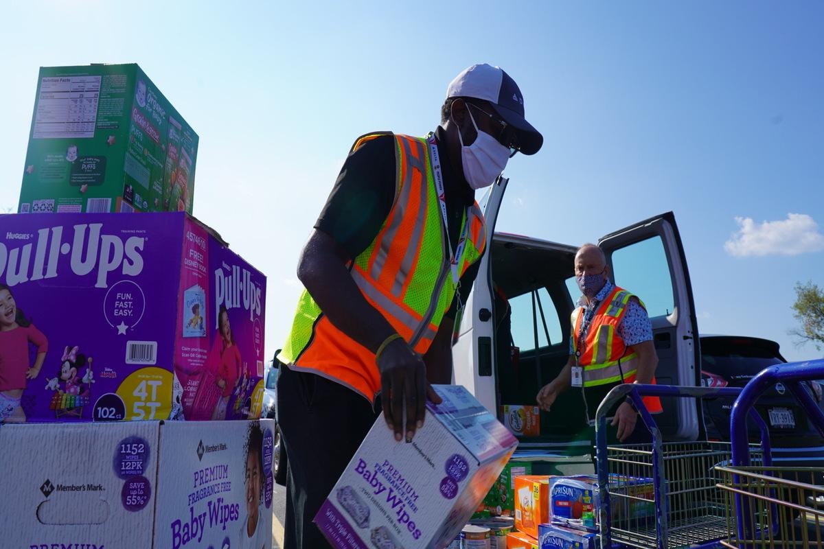 Funcionário da Delta embarcando suprimentos