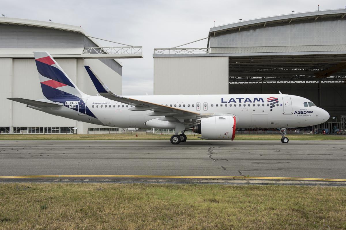 [Internacional] América Latina vai precisar de quase 50 mil novos pilotos de linha aérea em 20 anos Latam-airbus-a320neo