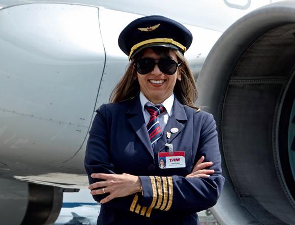 Resultado de imagem para piloto de avião mulher