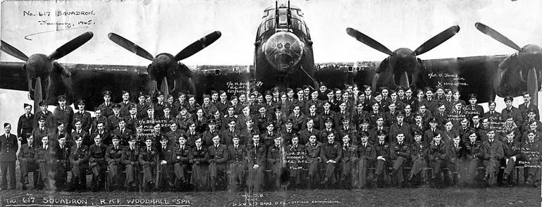 Membros do 617 Squadron, designado Esquadrão X,  diante do inseparável  Avro Lancaster