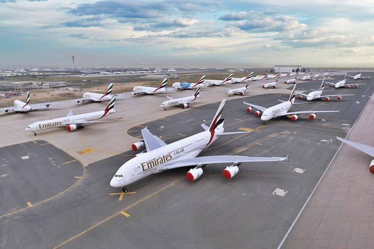 Frota da Emirates Airline parada em Dubai, destaque para os Airbus A380
