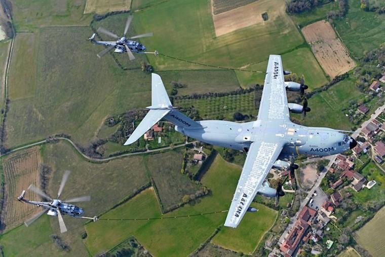 Teste de certificação de reabastecimento em voo do A400M com os H225M