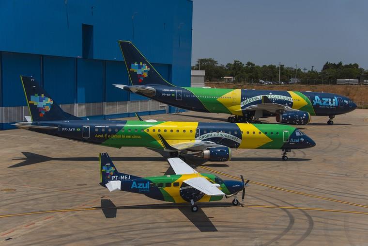 Frota de aviões com pintura da bandeira brasileira da Azul