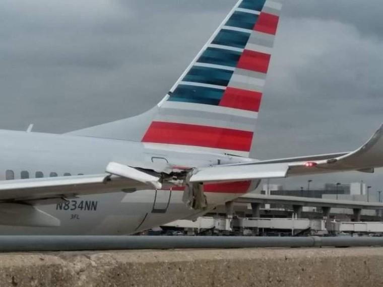 Boeing 737 da American após bater em um poste