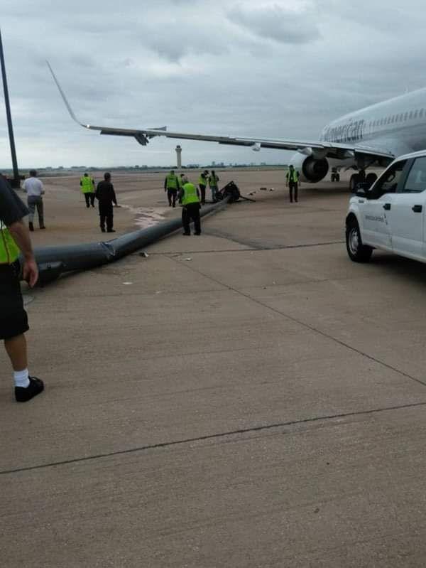 Boeing 737 da American Airlines após bater em um poste em Dallas