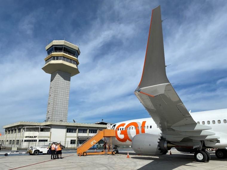 Boeing 737 MAX 8 da Gol em frente a torre de controle de Congonhas