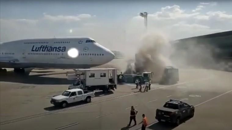 Veículo de roboque pega fogo em frente ao 747 da Lufthansa