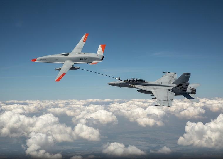 MQ-25 reabastecendo um F/A-18