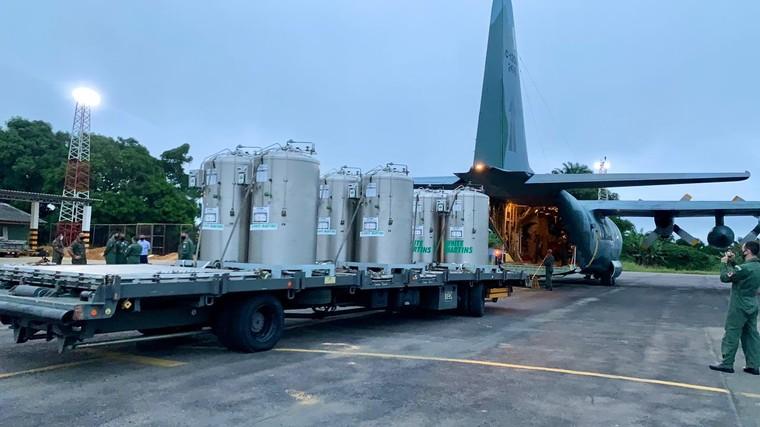 C-130 da FAB transportando oxigênio para Manaus