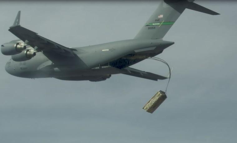 C-17 durante lançamento do míssil AGM-158