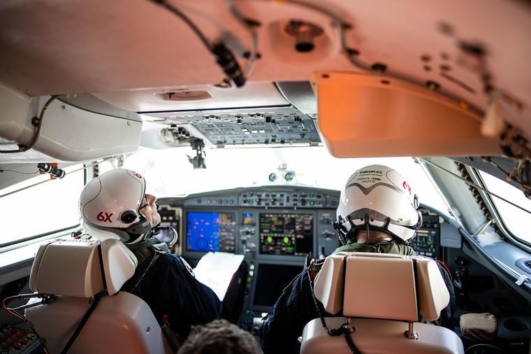 Cabine de voo do Falcon 6X no primeiro voo