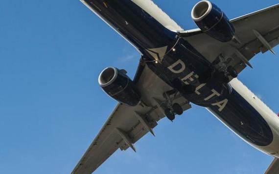 Delta pinta logotipo sob a fuselagem dos aviões