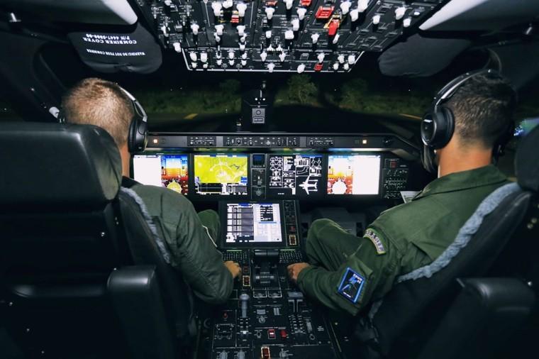 Cockpit do KC-390 da FAB