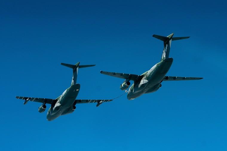 KC-390 realiza voo de revo