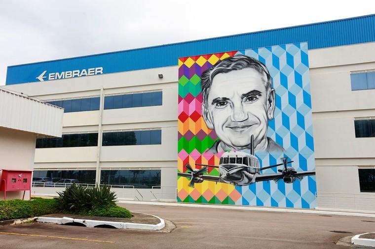 Mural da Embraer em homenagem ao Ozires Silva