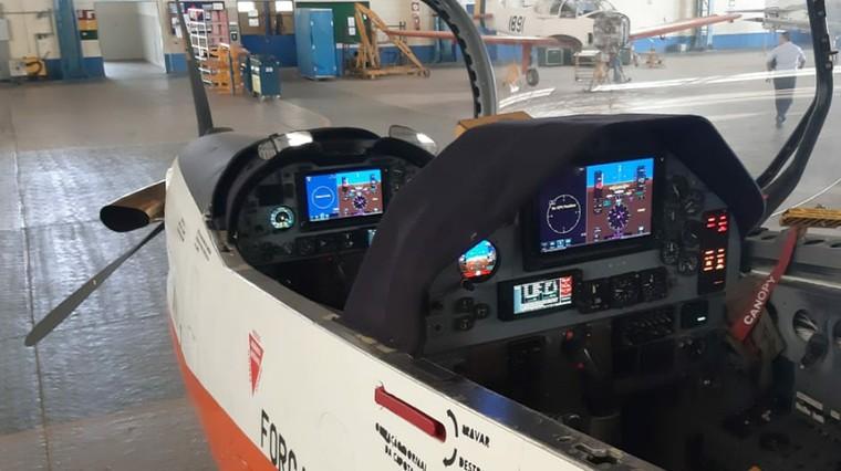 Novo cockpit digital do Embraer Tucano T-27 da FAB