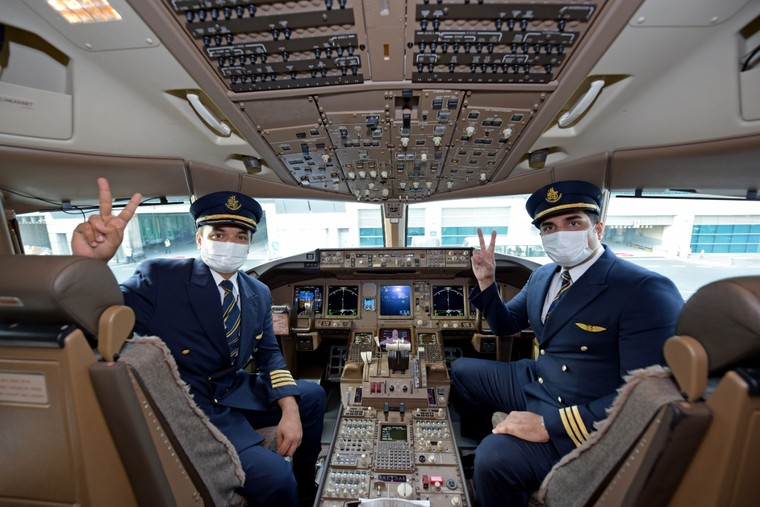 Pilotos da Emirates Airline na cabine de um Boeing 777
