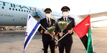 Pilotos da Etihad Airways com as bandeiras de Israel e Emirados Árabes