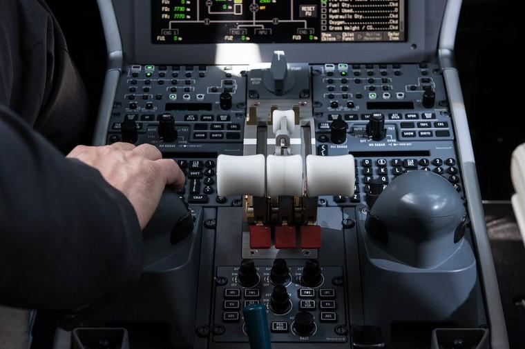 Detalhe manete acelerador Falcon 900LX