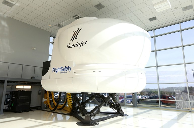 [Internacional] Honda recebe simulador do HondaJet Hondajet_flight_simulator_arrives_at_honda_aircraft_company2_free_big