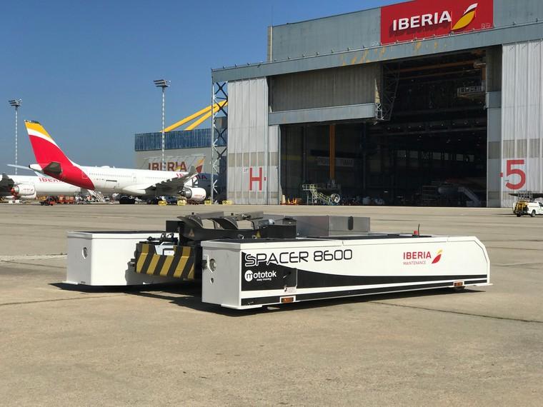 Airbus A320 da Iberia é rebocado por trator elétrico