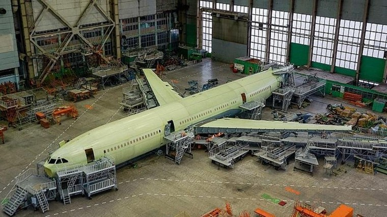 Il-96-400M em linha de produção