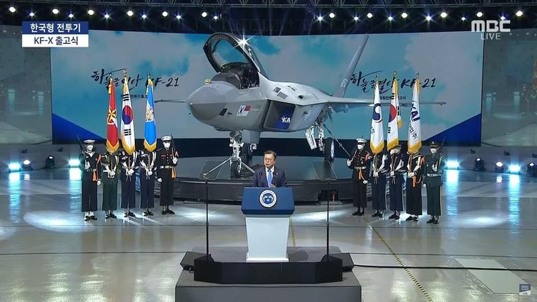 Moon Jae-in em frente ao caça KF-21