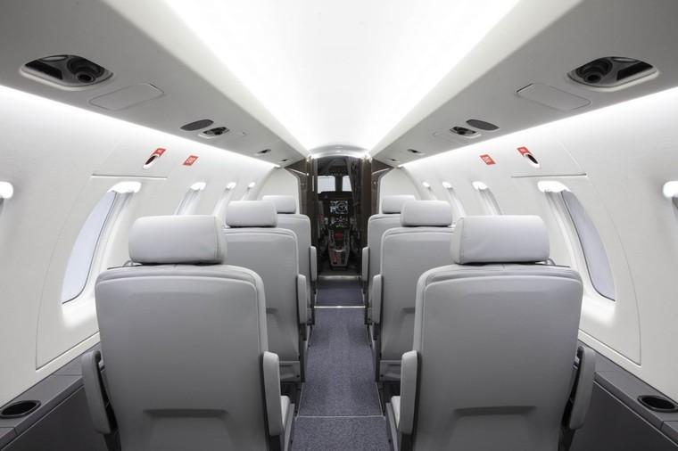 Interior do PC-24 com dez assentos