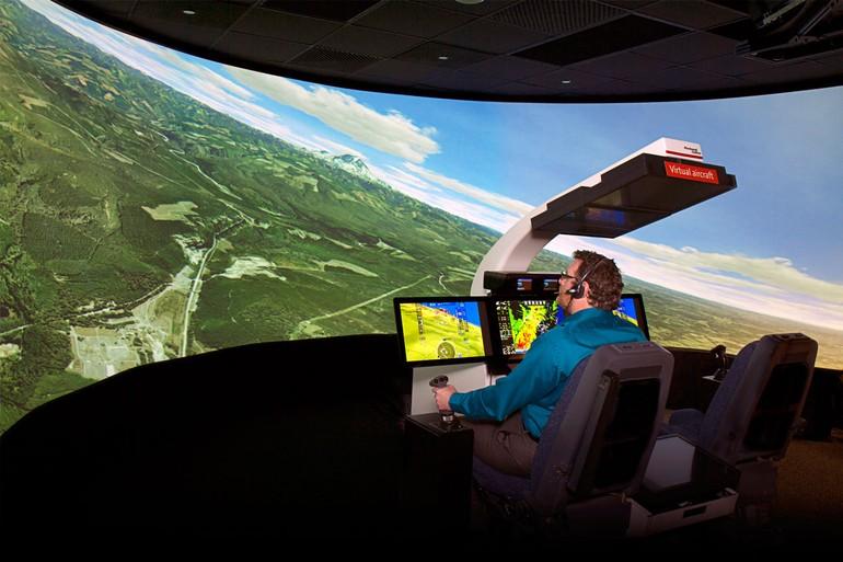 Geoffrey Shapiro no simulador da Rockwell Collins
